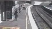 Бебе в количка пада пред влак