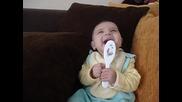 това бебе се пръсва от смях!!!
