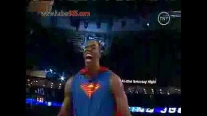 Супермен играе баскетбол