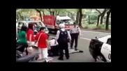 Полицейска Кола Минава Върху Краката На Пострадaл