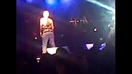 Шок!!!азис на концерт във видин си показва дупето