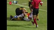 (смях) футболист се опита да откъсне топките на противника