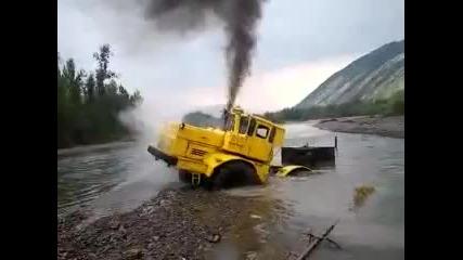 трактор преминава дълбока река