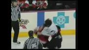 Ето как се млатят в хокея