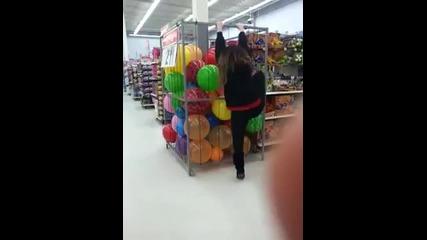 Момиче се опитва да бъде гаднярка!