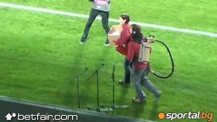Обстрелват феновете с Оръдие за бира на мача Чехия - България ! *16.10.2012г.*