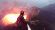 Човек се спуска до кратера на най- опасният и недостъпен действащ вулкан !