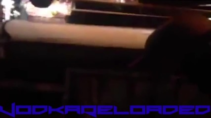 Фен наби тупаница на кечист по време на шоу