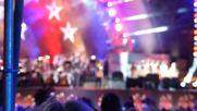 Деми и Ник изпълняват песента American the Beautiful в Бостан за Pops Fireworks Spectac за 4 юли