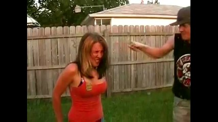 чупят бирена бутилка в главата на момиче
