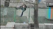 Пияница се опитва да мине през ограда