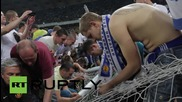 Ukraine: Dynamo Kiev fans invade pitch after sweeping Cup win