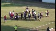 Грозната страна на футбола! Играч извършва нарушение, след което рита опонент в главата.