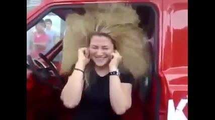 Mega Bass! 40 000 вата колони вдигат косата на момиче!