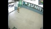 Глупав пакистански студент разбива с глава автоматична врата