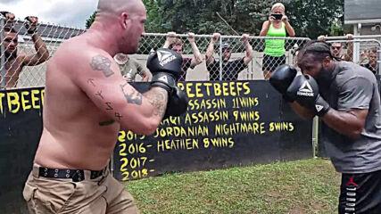 Скинар срещу уличен гангстер в боксов мач