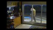 Тромъв Мъж се опитва да счупи прозореца на магазин!