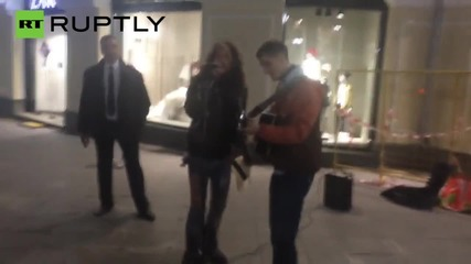 Фронтменът на Aerosmith Стивън Тейлър изпълни своя песен с уличен музикант в Москва