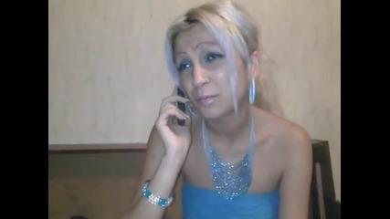 Жена показва как разговаря с приятелите си по телефона.