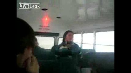 Мацка се пребива в автобус