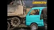 Танкове смачкват кола