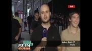 Репортер срещу пияни футболни фенове - жесток смях !!