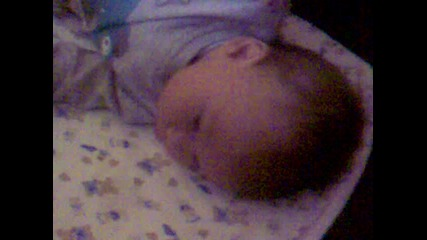 Най сладкото бебенце хълца като играчка