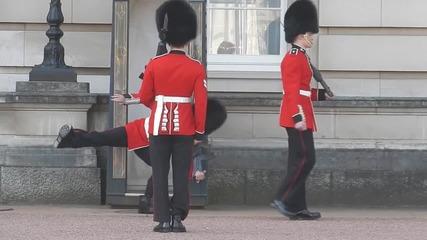 Гвардеец от карaула падна пред Бъкингамския дворец