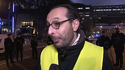 France: 'Yellow vests' block Paris streets over high fuel taxes