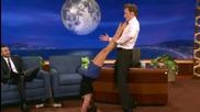 Нина Добрев изпоти американски водещ с палавите си крака