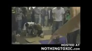 Професионален кикбоксер удря идиот в главата с крак !