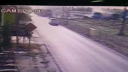 Thailand: CCTV captures deadly collision between train and bus