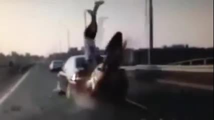 Моторист оцелява по чудо след зрелищна катастрофа!