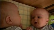 Бебета близнаци се смеят един на друг Смях