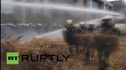 Белгия: Фермери покриха полицай с горяща слама в Брюксел
