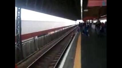Жена на косъм от смъртта в метрото...