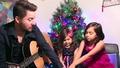 Баща и двете му дъщери пеят страхотно Jingle Bells