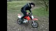 Глупаво момиче на мини мотор