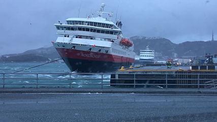 Силен вятър избутва кораб!