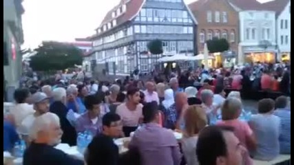Мигранти се молят гръмко до площада на германски град