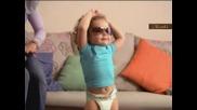 Бебенцето от Рекламата с Памперсите Играе Страхотен кючек