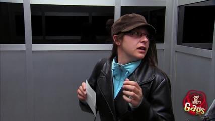 Супер Смях :) Бизнесмен се появява в асансьор...