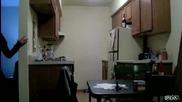 Горила В Хладилника скрита камера