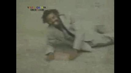 Глупак се спуска по парапета на ескалатор