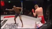 Боец разиграва и нокаутира противника си в Мма мач