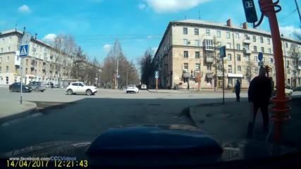 Ето така се поправят светофарите в Русия!!