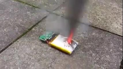 Вижте колко може да е опасна батерията на телефонът ни