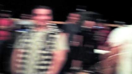 Беквокалите на Джъстин Legaci пеят Down пред Jay Sean.. и после има.. Bieber In The House
