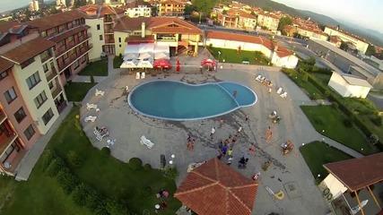 Скокове в басейн заснети от квадракоптер