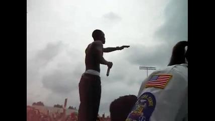 Akon хвърля дете от сцената :d